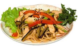 Лапша с жареными овощами и курицей